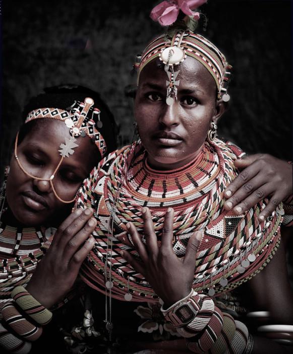 Образ женщин дополняется большим количеством красочных ожерелий из бисера, серьгами и браслетами.