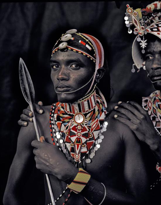 Мужчины носят украшения, изготовленные женщинами.