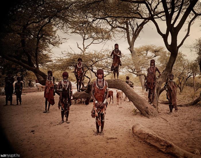 Женщины отвечают за сбор корней и овощей, дойку коров, доставку воды, заготовку дров, приготовление пищи и уход за детьми.
