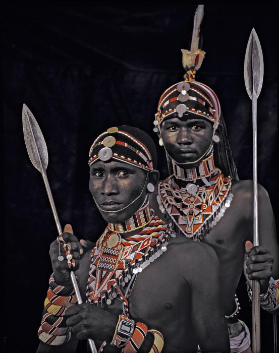 Мужчины-воины много времени проводят за прихорашиванием, заплетая волосы в длинные косы, которые считаются очень красивыми, косы сбривают с наступлением старости.