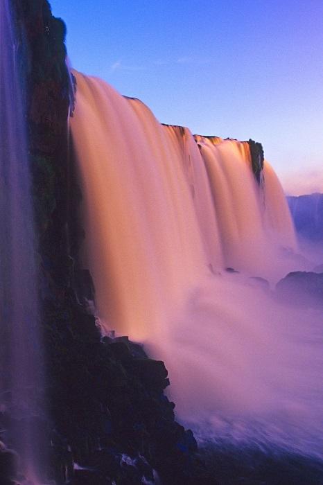 Комплекс из 275 водопадов на реке Игуасу, расположенный на границе Бразилии и Аргентины.