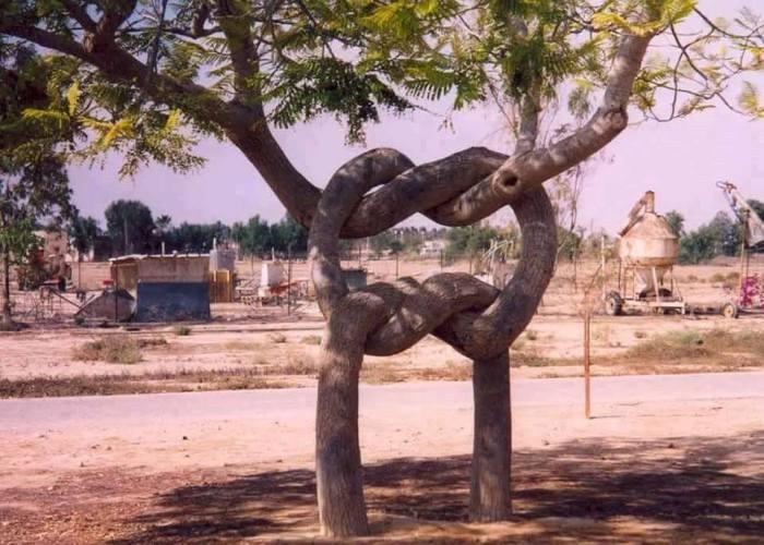 Еще один невероятный «питомец» известного парка «Цирк деревьев», который создал канадец Аксель Эрландсон.