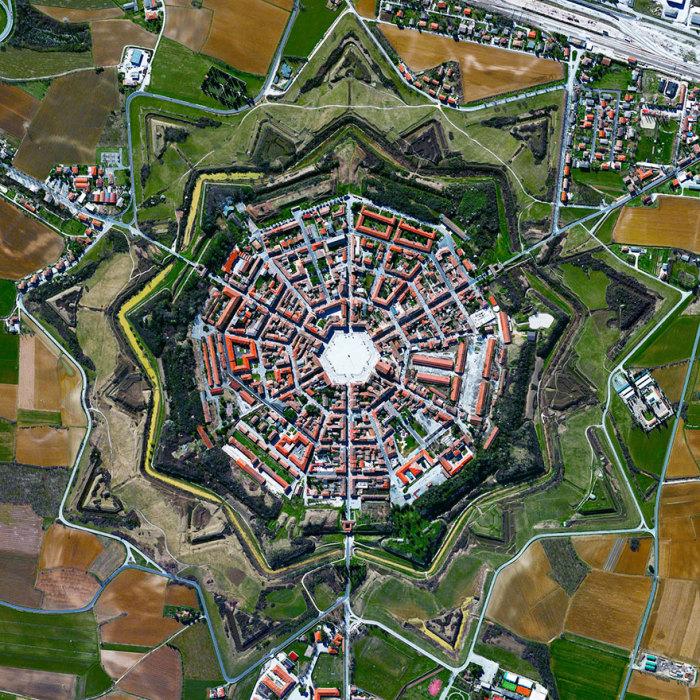 Симметричный город-крепость в Италии.