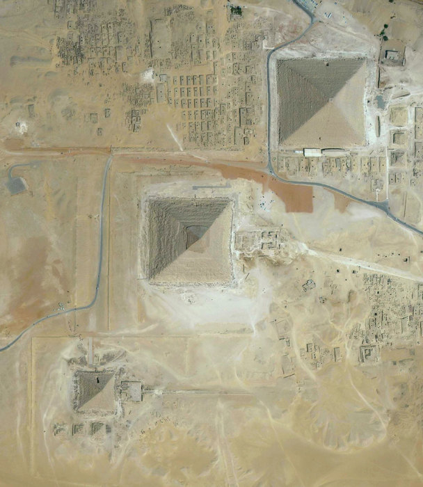 Комплекс древних памятников на плато Гиза в пригороде Каира.
