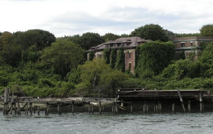 На острове частично сохранились корпуса больницы Риверсайда, специализировавшейся на лечении оспы, пациенткой которой была печально известная Тифозная Мэри.