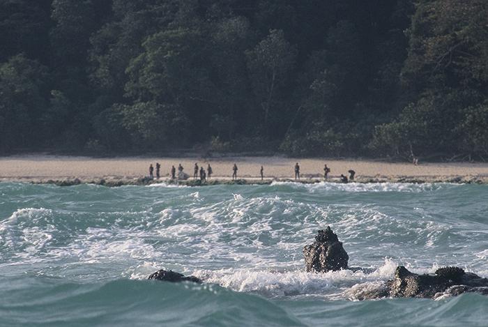 На острове проживают аборигены-сентинентальцы, которые не имеют контактов с цивилизацией и всячески защищают свою территорию от чужаков.