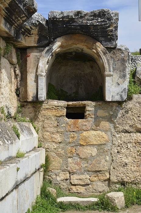 Пещера, которую в древности считали входом в царство мертвых, до сих пор опасна из-за высокой концентрации углекислого газа, выходящего из-под земли.