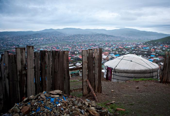 Кочевники-переселенцы обстроили целые поселки юрт, которые окружили столицу Улан-Батор.