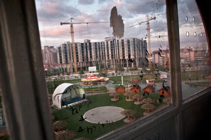 Одна из строительных площадок в Улан-Баторе – новые дома для семей, имеющих низкий доход.