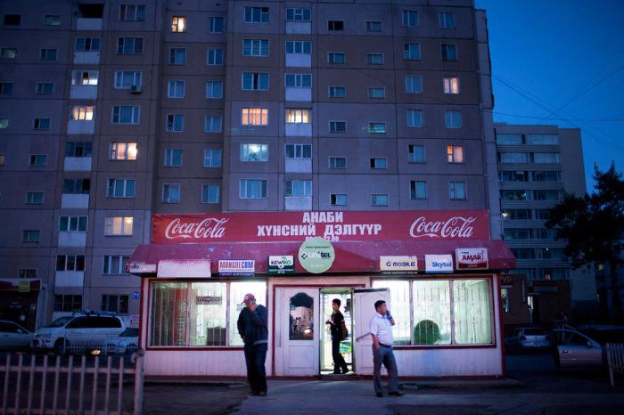 Жители возле магазина на одной из улиц Улан-Батора.