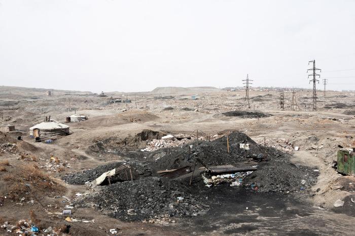 Семьи животноводов, отказавшиеся от жизни в степи, занимаются добычей полезных ископаемых в мелких шахтах.
