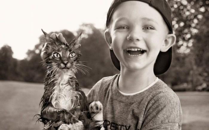 Счастливый малыш за спасённого котёнка. | Фото: dia13.ru