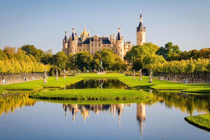 Шверинский замок расположенный на небольшом островке посреди живописного озера и является действующей резиденцией шверинских герцогов. Север Германии Север Германии schwerin1