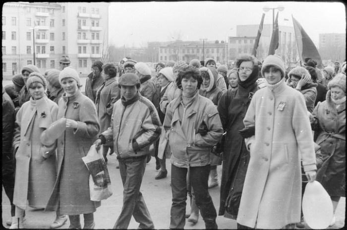 Большинство женщин на этой фотографии одеты практически в одинаковые пальто.
