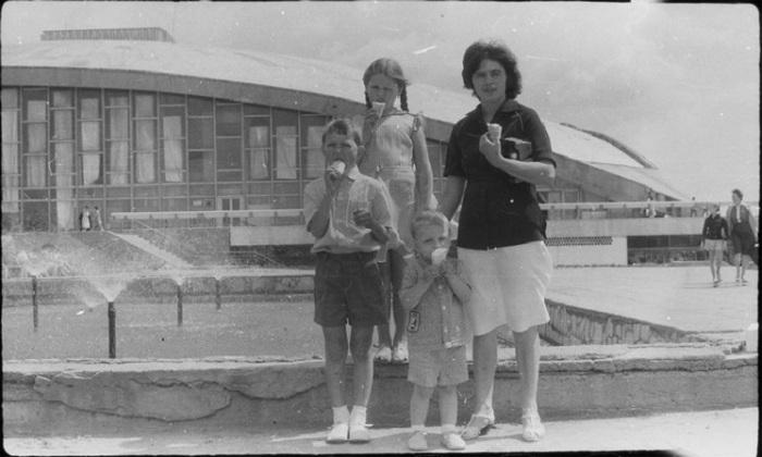Семейный снимок во время летней прогулки.