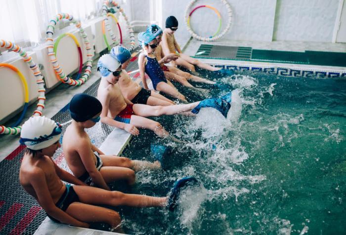 Группа детей резвится на бортике бассейна. Автор фотографии:Олеся Турукина.