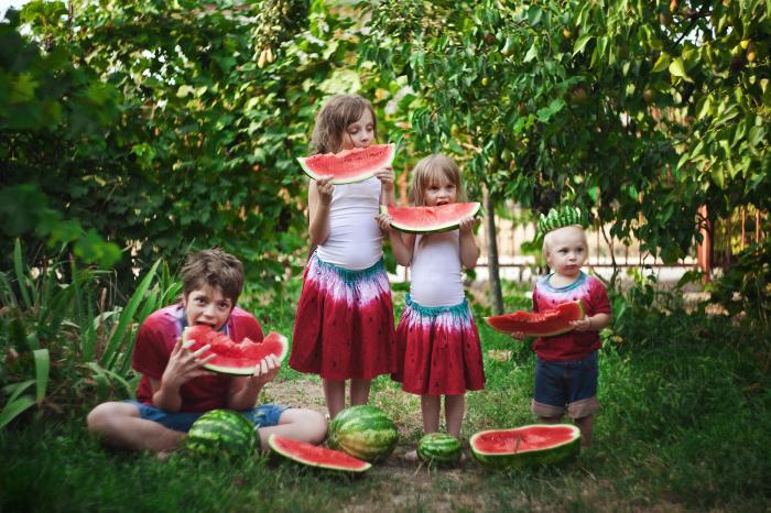 Даже юбки у девочек в тон под сладкий арбуз. Автор фотографии:Катя Антонова.