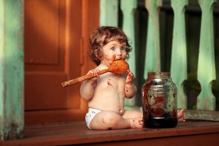 Малышка облизывает деревянную ложку. Автор фотографии:Анна Мельникова.