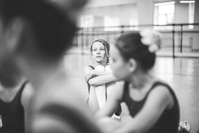 Сосредоточенное лицо девочки-гимнастки, которая о чем то мечтает. Наверное о победе. Автор фотографии:Лана Кудинова.
