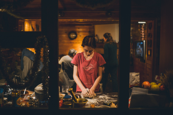 Девушка готовит на кухне под Новый год. Автор фотографии:Екатерина Шевцова.