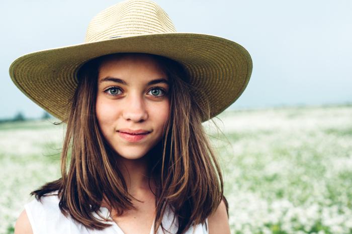 Веселая девчонка в ромашковом поле. Автор фотографии:Екатерина Шуляк.