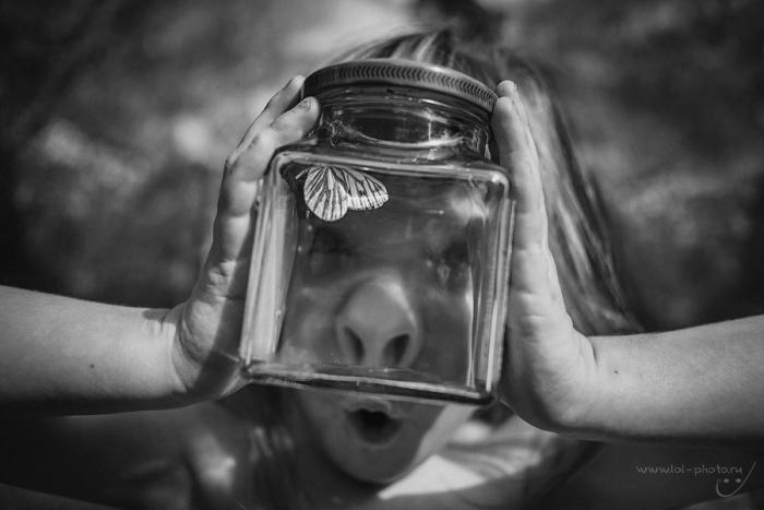 Ребенок поймал бабочку и посадил ее в банку. Автор фотографии:Ольга  Лебедева.