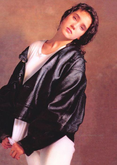 Наверняка, фотограф убедил американскую актрису, что даже куртка на три размера больше не омрачит ее фотогеничность.