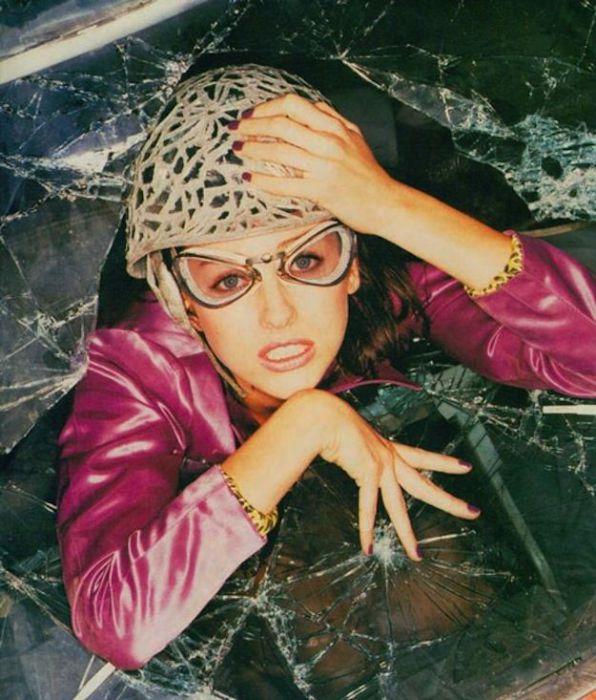 Англо-австралийская актриса и продюсер. Фотограф: «Давай представим, что ты попала в аварию, но с тобой все в порядке, потому что на тебе этот шлем из битого стекла».