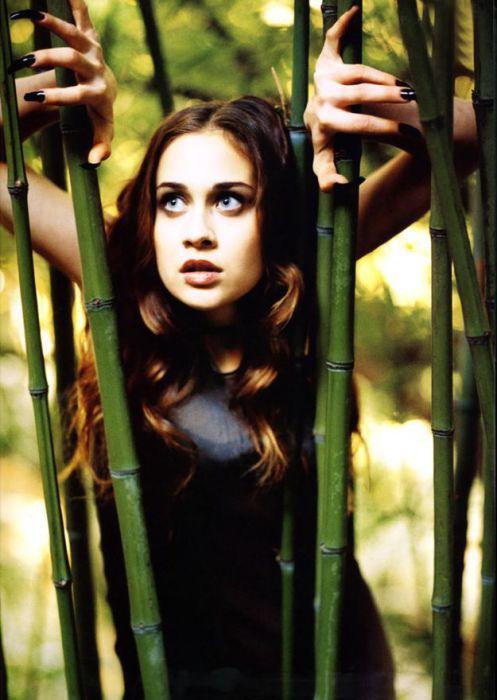 Американская певица, композитор в роли напуганной девушки в джунглях.