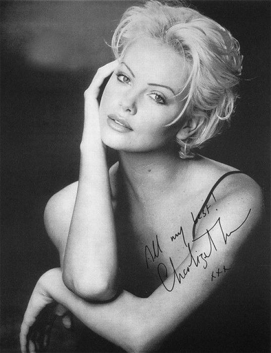 Известная голливудская актриса южноафриканского происхождения охотно раздает свои изящные автографы многочисленным поклонникам.