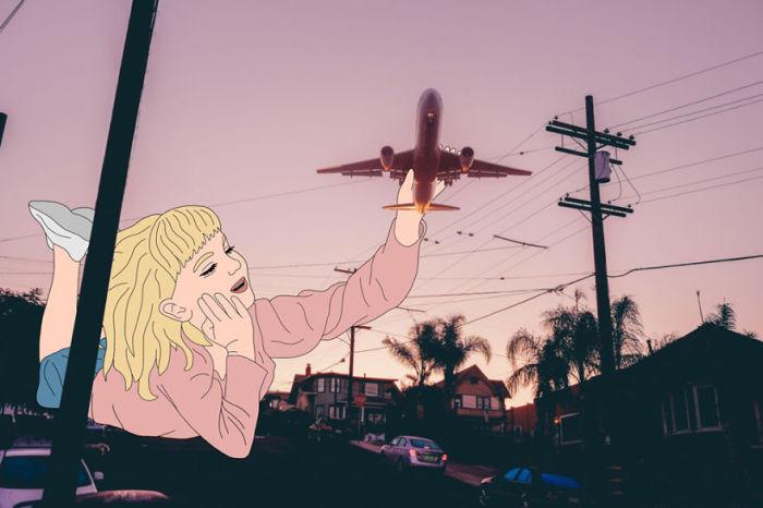 Ловит самолетик.