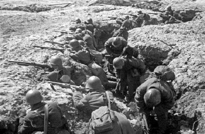 Советские войска в окопах на подступах к Ленинграду.
