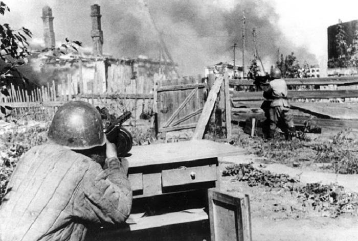 Позиция советских солдат во дворе дома.