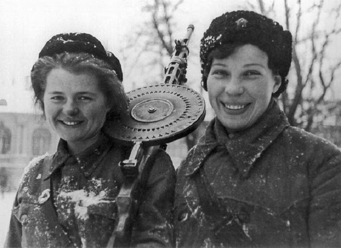 Две советские пулеметчицы.
