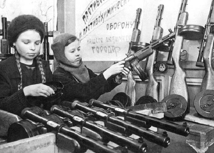 Две девочки собирают оружие в блокадном Ленинграде.