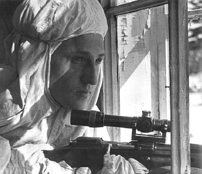 Советский снайпер на Ленинградском фронте.