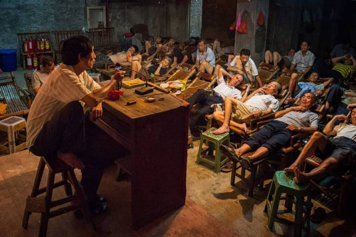 В китайской провинции Сычуань чайный дом до сих пор играет важную роль в повседневной жизни: здесь люди отдыхают и слушают рассказы. Автор фотографии: Айминг Ванг (Aimin Wang).