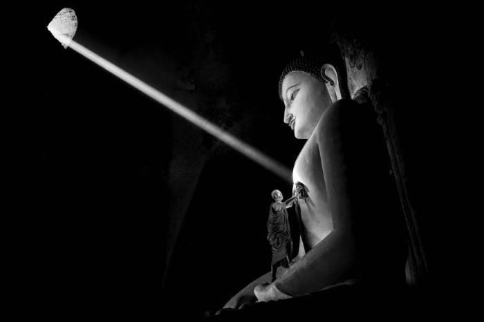 Монах чистит огромную статую. Автор фотографии: Gunarto Gunawan (Гунарто Гунаван).