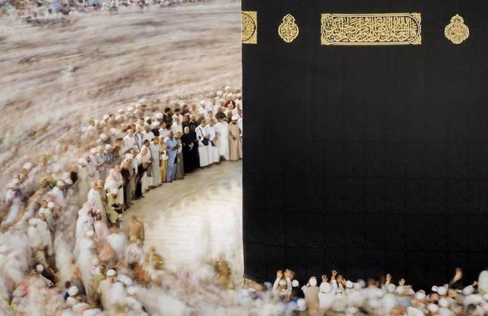 Множество мусульман проводят традиционный ритуал обхода вокруг Каабы. Автор фотографии: Маджид Аламри (Majid Alamri).