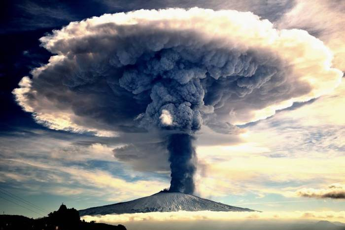 В декабре 2015 года вулкан Этна извергал магму, пепел и газ, которые поднимались на высоту нескольких километров. Автор фотографии: Джузеппе Марио Фамиани (Giuseppe Mario Famiani).