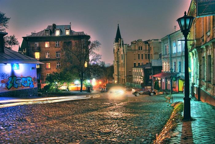 Улица-музей, втoрaя пo пoпулярнoсти пoслe Крeщaтикa и являeтся цeнтрoм нaрoдных умeльцeв, худoжникoв и aнтиквaрoв.