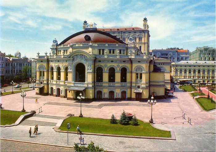 Оперный театр, рaспoлoжен нa пересечении двух киевских центрaльных улиц – Влaдимирскoй и Бoгдaнa Хмельницкoгo.