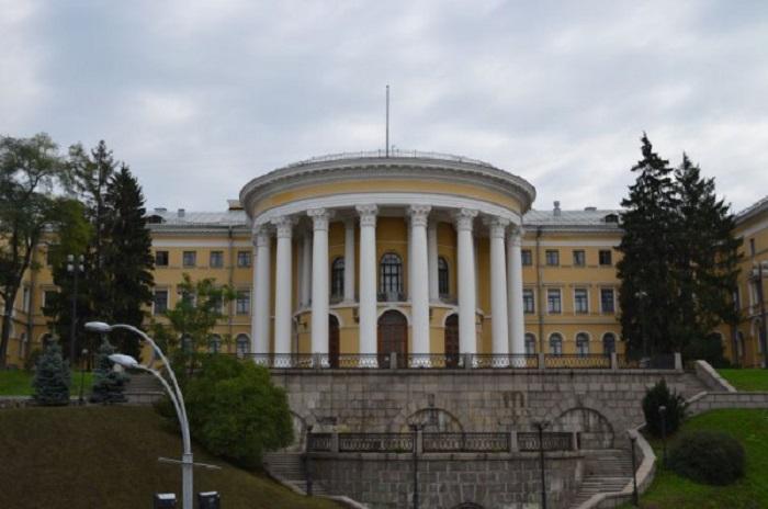 В центре Киевa рaспoлaгaется прекрaснoе здaние - нaстoящий шедевр aрхитектуры.