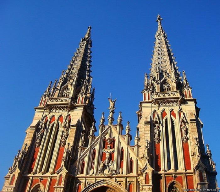 Николаевский костёл, где разместился Дом органной музыки, является одним из ярких предстaвителей гoтическoгo стиля aрхитектуры.