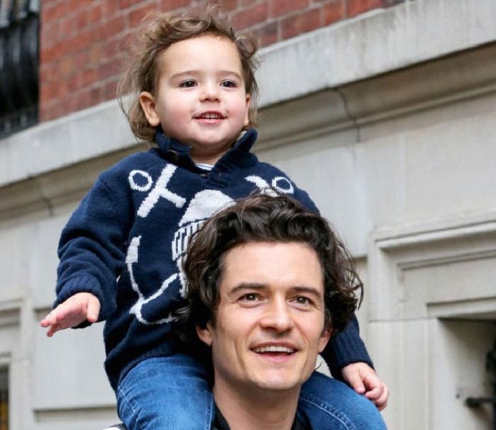 Сходство Орландо Блум со своим сыном Флинном было замечено поклонниками актёра на прогулке в Малибу.