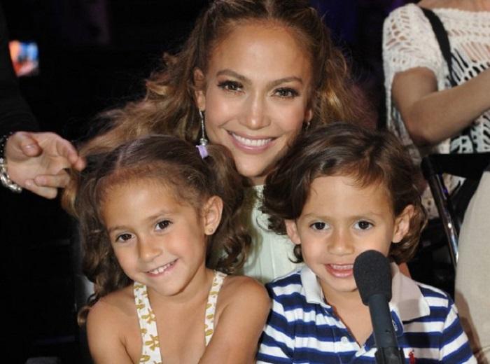 Удивительное сходство мамы с двумя очаровательными двойняшками.