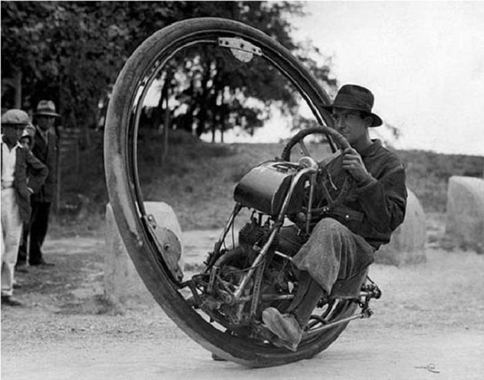 Одноколесный мотоцикл с максимальной скоростью 150 км/ч., (Италия, 1931 год).