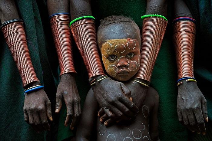 1-е место в номинации «Пленительные лица и люди» занял снимок «Ребенок и браслеты», сделанный фотографом Дэвидом Нам Липа Ли (David Nam Lip Lee).