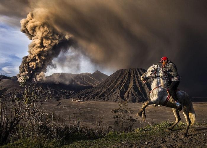 Снимок «На страже», созданный фотографом Рикшей Девантаром (Riksa Dewantara), завоевал 2-е место в номинации «Путешествие и Приключения».