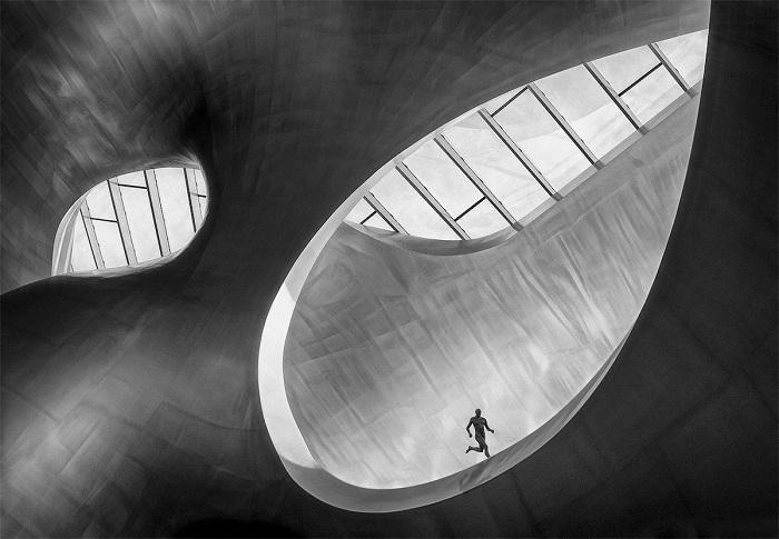 Снимок «Бегун», созданный фотографом Марселем ван Балкеном (Marcel van Balken), завоевал 1-е место в категории «Монохром».